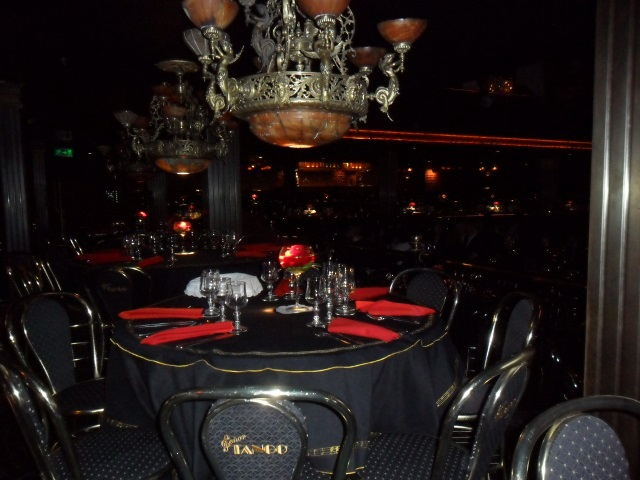 Señor Tango, mesas para seis pessoas