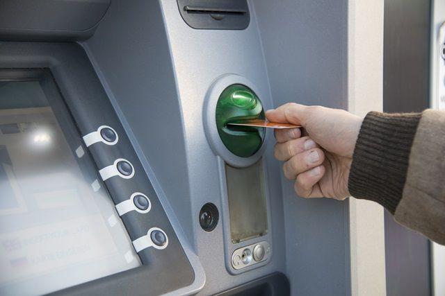 Como usar o cartão de crédito ou débito no exterior, saques