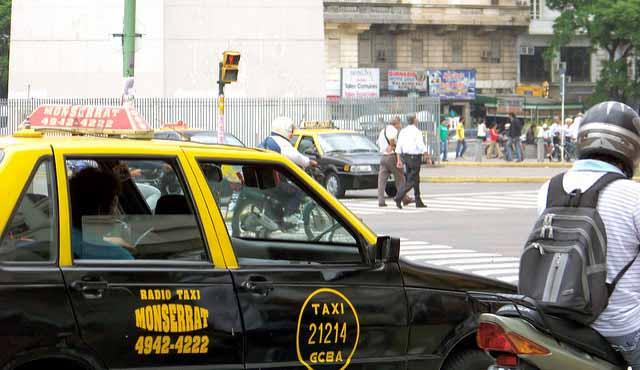 Como não passar perrengue em Buenos Aires, táxis (Foto: Jon Gilbert Leavitt)